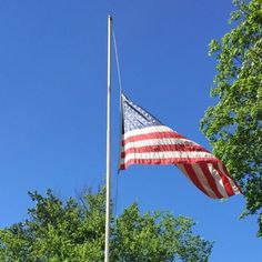 The flag in Heckscher Park on this gorgeous day is flying at half-mast to commemorate and pay respect to the victims of the Orlando shooting - as are flags at all U.S. buildings on this 100th anniversary of Flag Day. Our thoughts are with Orlando. #heckschermuseum #museum #artmuseum #flagday #orlando #orlandoshooting #pulsenightclub #americanflag #heckscherpark #american #america