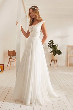 Boho bride dress - Simple Wedding Dress Beach V Neck ALine Tulle White Ivory Wedding Gowns Plus Size Bride Dress 2019 vestidos de noiva – Boho bride dress Tulle Wedding, Boho Wedding Dress, Dream Wedding Dresses, Wedding Gowns, Ivory Wedding, Modest Wedding, Mermaid Wedding, Wedding Dress Simple, Simple Gowns