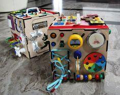 Baby Aktivitätsboard in Würfelform. Baby Sensory Board, Toddler Activity Board, Sensory Boards, Diy Busy Board, Busy Board Baby, Sensory Activities, Infant Activities, Activities For Kids, Baby Toys