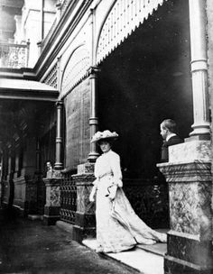 Dame Nellie Melba outside the Gresham Hotel, Brisbane