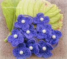 Glamorous Pearl Center Flower Crochet Pattern #freecrochetflowerpattern Diy Crochet Flowers, Crochet Flower Tutorial, Knitted Flowers, Crochet Flower Patterns, Crochet Crafts, Diy Flowers, All Free Crochet, Easy Crochet, Knitting Charts
