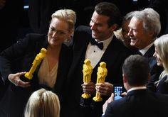 Clint Eastwood, sağ, Meryl Streep, sol ve Bradley Cooper, Merkez, Lego Pazar günü ödül töreni sonrasında yapılan Oscar ile bir fotoğraf için poz.