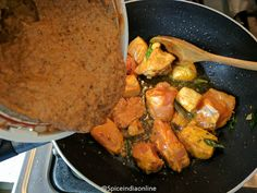 Madras Chicken Curry - Kozhi Kari Masala - South Indian Chicken Curry — Spiceindiaonline Indian Slow Cooker Recipes, Indian Chicken Recipes, Easy Indian Recipes, South Indian Chicken Curry, South Indian Food, Easy Gravy Recipe, Vegetarian Gravy, How To Cook Beef, Masala Recipe