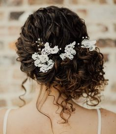 30 Wedding Hairstyles for Naturally Curly Hair – Blink & Bliss hair peinados 30 Wedding Hairstyles for Naturally Curly Hair Curly Wedding Updo, Curly Bridal Hair, Wedding Hairstyles For Long Hair, Long Curly Hair, Wedding Hair And Makeup, Bride Hairstyles, Hair Makeup, Hair Wedding, Bridal Updo