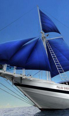 Blue sails on S/Y Palau Siren Sklep.marynistyka.org:  Żeglarski Kompas lub Busola z mosiądzu, piękny mosiężny Sekstant kapitański, dawna Luneta żeglarska, kapitańska, Dzwon żeglarski, pokładowy, mosiężna lampa żeglarska, drewniane Koło sterowe, drewniany model sławnego jachtu i żaglowca, morski Telegraf Maszynowy, mosiężny żeglarski Zegar Słoneczny z kompasem - dekoracje marynistyczne, prezenty dla Żeglarzy, morskie upominki, marynistyczny wystrój wnętrz  Marynistyka.pl, Marynistyka.waw.pl