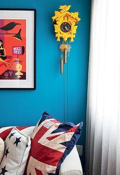 Objetos lúdicos predominam na decoração do arquiteto Nelson Kabarite. O antigo relógio Cuco, direto da casa da vovó, ganhou vida nova com laca amarela