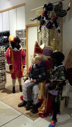 1 december 2013,  Sinterklaas bij V&D te Deventer. December, Wreaths, Halloween, Home Decor, Homemade Home Decor, Deco Mesh Wreaths, Interior Design, Garlands, Home Interior Design