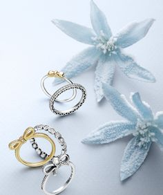 These delicate bow rings will add a classic and elegant touch to your holiday outfit. #PANDORA #PANDORAring