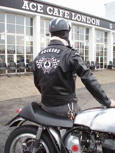 Cafe Racer Style Fashion Ideas For You Female Motorcycle Riders, Bsa Motorcycle, Futuristic Motorcycle, Motorcycle Leather, Easy Rider, Triumph Motorcycles, Vintage Motorcycles, Ace Cafe, Rockabilly