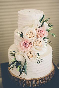 Schlichte Hochzeitstorte mit schöner Rosendeko.