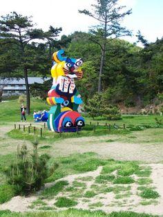 """""""Frog and Cat"""" de Karel Appel, la toute première oeuvre d'art installée sur Naoshima, il y a 23 ans."""