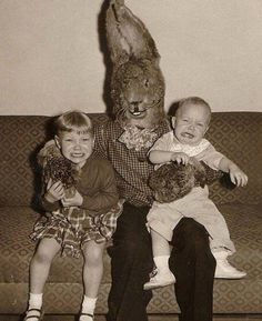 And you thought the rabbit from Donnie Darko was creepy. By the look on his face, this bunny is ready to eat this little boy. That baby's face says - Funny - Check out: Vintage Easter Bunny Photos That Will Make Your Skin Crawl on Barnorama Vintage Bizarre, Creepy Vintage, Vintage Halloween, Funny Vintage, Creepy Halloween, Halloween Costumes, Donnie Darko, Photo Vintage, Vintage Photos