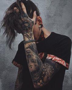 #wattpad #roman-pour-adolescents Dans chaque prison il y a les criminels et les non-criminels. Moi ? Je suis une criminelle. A l'état pur et brut.  Lui ? Je ne sais pas ce qu'il est. Mais il fait froid dans le dos.  Ses dizaines de tatouages plus horrifiant les uns que les autres.   Mais malgré cela, je veux percer sa carapace. Dé... Portrait Photography Men, Tattoo Photography, Photography Poses For Men, Dark Photography, Hot Guys Tattoos, Boy Tattoos, Body Art Tattoos, Sleeve Tattoos, Tatoos