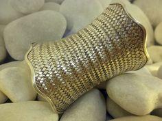 """Pulsera artesanal """"Karen"""" de plata procedente de Laos. Mide 5 cm. de alto y 7.5 cm. de larga. Precio: 170 Euros"""