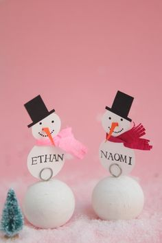Snowman Place Cards DIY | Oh Happy Day! Christmas Place Cards, Christmas Arts And Crafts, Xmas Crafts, Christmas Holidays, White Christmas, Happy Holidays, Christmas Ideas, Winter Party Decorations, Christmas Table Decorations