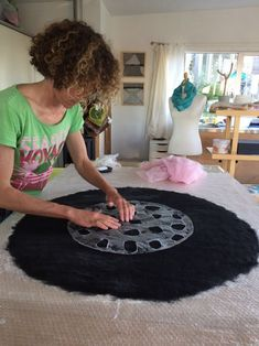 This site is about a journey of discovering the possibilities of felt and fibres.