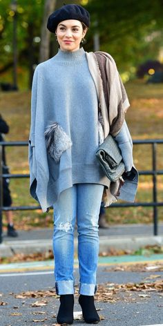 Vanessa Hudgens was spotted out in New York City, wearing the ultimate fall ensemble of our dreams: an oversized sweater teamed with distressed denim, a cozy scarf (slung over just one shoulder), a charming beret, and matching black heeled booties. Estilo Vanessa Hudgens, Vanessa Hudgens Style, Fashion 2018, Star Fashion, Fashion Outfits, Distressed Denim, Autumn Winter Fashion, Fall Fashion, Fashion Trends