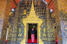 """Chegamos no Laos! Templo Wat Xieng Thong que significa templo da cidade dourada!  The Wat Xieng Thong """"monastery of the golden city"""" is the religious emblem of Luang Prabang and one of the highest symbols of Buddhism!  #felicidadepelomundo #happiness #laos #luangprabang #watxiengthong #temple #budha #golden #architecture #history #culture #amazing #beautiful #details #mosaico #love #peace #aroundtheworld #backpacking #instapic #travel #travelgram #instagram #viagem #mundo #follow by…"""