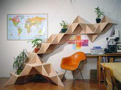 T. SHELF (prateleira triangular) é um sistema modular, criado por Jaewon Cho, do J1 Studio, em que se constrói múltiplas formas com diferentes funções. Utilizando a figura geométrica mais forte, o triângulo, o sistema T. SHELF cria estruturas que se convertem em peças escultóricas.