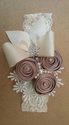 This Pin was discovered by MIC Diy Ribbon Flowers, Cloth Flowers, Ribbon Art, Ribbon Crafts, Flower Crafts, Fabric Flowers, Satin Flowers, Diy Crafts, Diy Headband