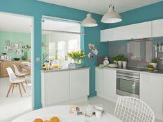 Cuisine Neige Leroy Merlin - Avec poignées de meubles invisibles. Peinture bleu et meubles à façades blanches.