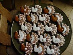 Holubička Perníková holubička velikosti cca 6,5 x 7 cm. Zdobeno klasickou bílkovou polevou. Může být provléknuta barevnou stuhou k zavěšení na vánoční stromeček. Baleno do celofánu nebo bílých papírových ubrousků. Cena je za 1 kus. Pouze dekorace, není určeno ke konzumaci.