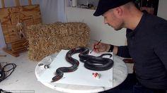 Искусство с укусом: Его диапазон работы от ядовитых змей, которые кажутся достаточно реальными, чтобы прикоснуться к прекрасным рисункам звезд, включая Скарлетт Йоханссон и Анджелина Джоли