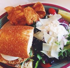 Lunch from Fratello's Market & Deli in SATX. My favorite is the Pollo Griglia Sandwich, with salad and kettle chips! <3 HIGHLY recommend #biteonSA  Photo by: Bite Box SA®