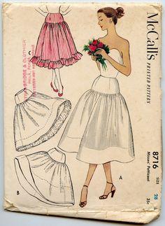 McCall 8716 © 1951  Jupe jeune femme : dans 3 styles différents. Découvre un jupon avec empiècement de contraste et de volants. Jupe crinoline