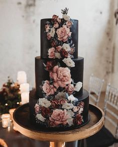 Lace Wedding Cakes This unique Halloween wedding inspiration has totally put a spell on us. From noir bridal gowns to waxy flowers, moody wedding decor is a no brainer for a celebration this time of year! Is this Dutch flower wedding cake even real life? Black Wedding Cakes, Black Tie Wedding, Wedding Cakes With Flowers, Black Wedding Decor, Gothic Wedding Cake, Medieval Wedding, Modern Wedding Cakes, Cake With Flowers, Painted Wedding Cake