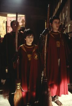 Daniel Radcliffe as Harry Potter & Sean Biggerstaff as Oliver Wood - Harry Potter and the Philosopher's Stone Harry James Potter, Mundo Harry Potter, Harry Potter Cast, Harry Potter Books, Harry Potter Fandom, Harry Potter Universal, Harry Potter Hogwarts, Harry Potter World, Hogwarts Alumni