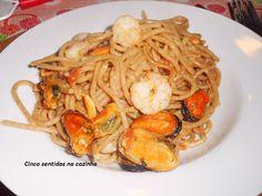 Esparguete integral com camarão e mexilhão em molho de tomate - http://gostinhos.com/esparguete-integral-com-camarao-e-mexilhao-em-molho-de-tomate/