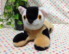 三毛ちゃんズの二人目です。三毛ちゃんズは、普通の三毛猫さんたちの集まりです。三毛猫3匹で三毛ちゃんズを結成しました!!白黒茶の三毛猫のぬいぐるみです。この子は...|ハンドメイド、手作り、手仕事品の通販・販売・購入ならCreema。
