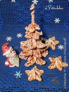 Поделка изделие Новый год Плетение Санки-попытка номер два И еще одна елочка Пряничная Бумага газетная Трубочки бумажные фото 15
