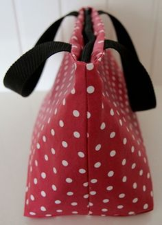 Lunch bag rouge à pois blancs, enduit et isotherme - Red cool lunch bag with white dots and wipe-clean fabric.