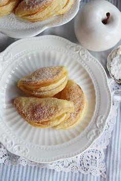 Almamosoly..., ezt a nevet is el tudnám képzelni ennek a sütinek, de végül is nem az... Formája tényleg olya...