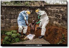 『摄影奖项』全球年度图片奖:第72届 POYi 获奖作品 『全球健康问题』一等奖 摄影师:Pete Muller 拍摄作品:两名埃博拉病毒治疗中心的工作人员正将一名感染者带回隔离病房。
