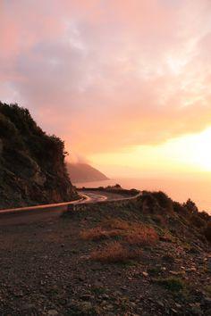 Coucher de soleil au bout de la Corse. Sublime ? Corsica, Cap Corse, Beautiful Places To Live, See It, Daydream, Roads, Provence, Landscapes, Mountains