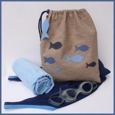 Pochette imperméable en lin-enduit décorée d'un ban de poissons en jeans. Pratique pour ranger le maillot de bain mouillé | Miss Coquillages