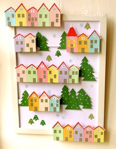 Vánoce přišly do městečka! - adventní kalendář Adventní kalendář jako městečko v zasněžené krajince... Na podkladu - obrazu s bílým rámem - je na dřevěných lištách nalepeno 24 domečků vytvořených z polepených krabiček od zápalek. Ve štítu domečků jsou jednotlivá čísla od 1 do 24. Krabičky mají dole kovovou úchytku pro snazší otevření a naplnění ...