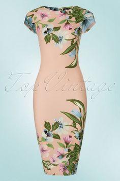 Deze 60s Aloha Tropical Garden Short Sleeves Pencil Dress is niet voor muurbloempjes!  Zon of geen zon, de prachtige pastel kleuren stralen je tegemoet zodra je de deur van je kledingkast opentrekt! De snit van deze retro wiggle is met haar kapmouwtjes en hoge halslijn vrij klassiek maar daardoor springt de bloemenprint er nog meer uit. Uitgevoerd in een nudekleurig stofje met een lichte stretch en een fijn structuurtje dat je rondingen prachtig omarmt zonder af te tekenen. Aloha pretty…