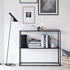 Das dänische, zurückhaltende Design mit leichter Anmutung konzentriert sich hier auf das Wesentliche. In Schwarz, Weiß oder Grau?