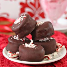 Need a quick and easy holiday dessert? Oreo Peppermint Ice Cream Bonbons to the rescue!