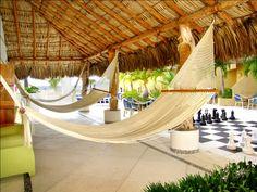 HAMACAS Y AJEDREZ GIGANTE  Área de descanso con hamacas, camastros y ajedrez gigante. Ubicados en la terraza del primer nivel.