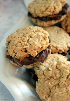 Jo and Sue: Old Fashioned Date Filled Oatmeal Cookies. If I make them I will omit the orange and just use lemon. Date Filled Cookie Recipe, Filled Cookies, Oatmeal Cookie Recipes, Oatmeal Cookies, Cookie Desserts, No Bake Desserts, Just Desserts, Delicious Desserts, Dessert Recipes