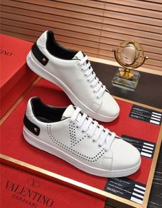 Valentino shoes For Men Tiger Shoes, Valentino Sandals, Fashion Slippers, Men Clothes, Casual Shoes, Nfl, Runway, Sneakers Nike, Urban