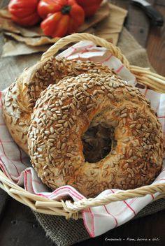 Pane, burro e alici: Ciambelle di pane al latte con semi di girasole