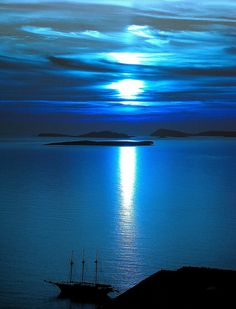 Astypalea, Greece, under the moonlight. O que será que há sob o luar? Beautiful Moon, Beautiful World, Beautiful Places, Beautiful Pictures, Beautiful Scenery, Perfect Day, Greek Islands, Around The Worlds, Vacation