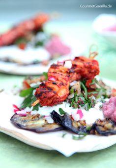 Gegrillte Auberginen, Joghurt, Taboule und Tandoori-Spießchen mit einem Tupfer Zwiebel-Raita #gourmetguerilla #rezept #mezze