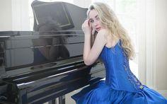 Télécharger fonds d'écran Sabrina Carpenter, piano, superstars, robe bleue, la beauté, la chanteuse, blonde